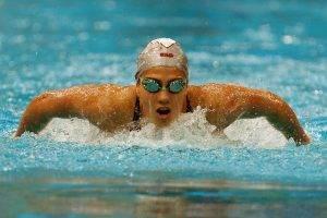 natación estilo mariposa